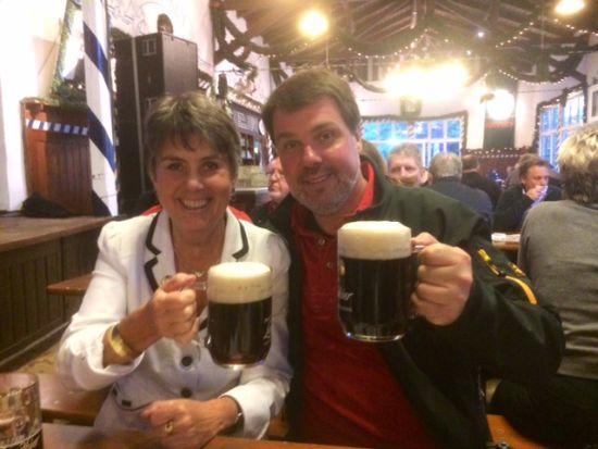 Tourende in Bayreuth da wird schon mal mit der Bürgermeisterin angestoßen.