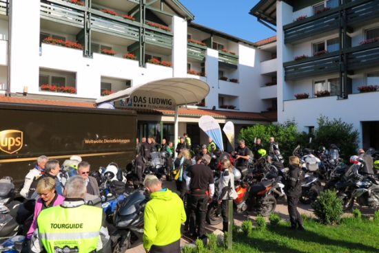 Fototermin vor dem Hotel