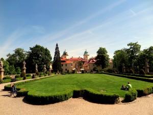 Gepflegter Rasen am Schloss.