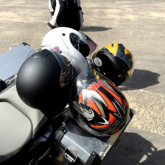 Die Motorradhelme sind gesichert.