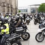 Nervöse Stimmung vor dem Reichtag: Mit Polizeienkorte ging es bis zum Stadtrand.