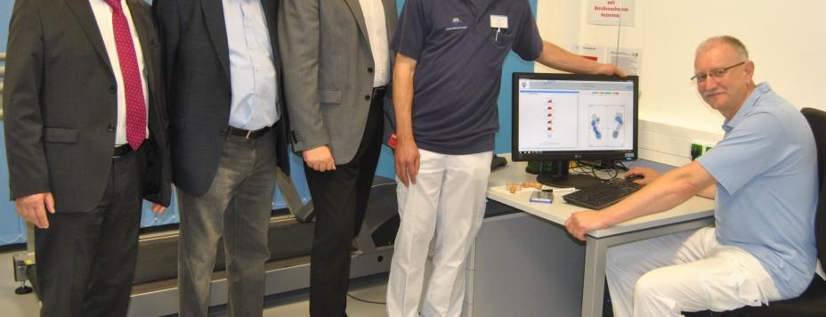 v.l.: Harald Wohlfahrt, Geschäftsführer der Klinik, Manfred Hemmer, Michael Thews MdB und der lt. Oberarzt Johannes Menke im Bereich der Videogestützten Gang- und Bewegungsanalyse.